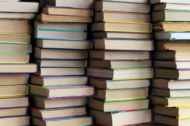 As pilhas de livros na prateleira
