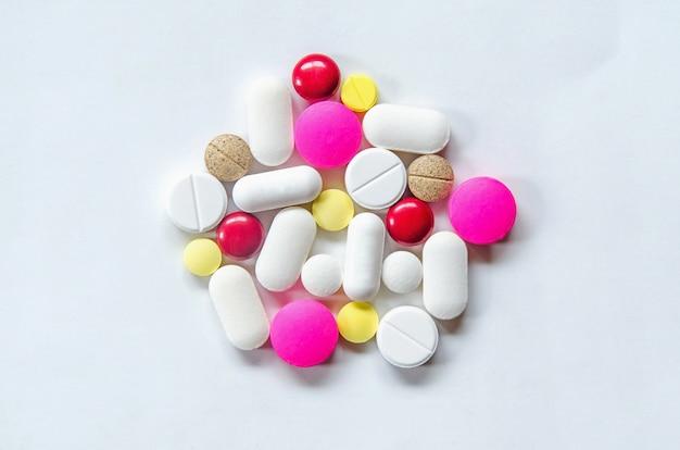 As pílulas no fundo branco