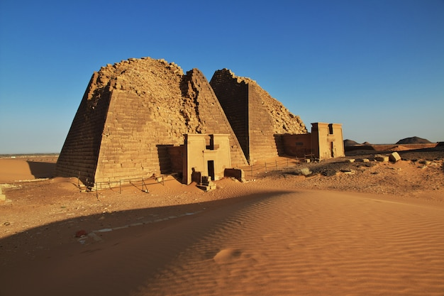 As pirâmides antigas de meroe no deserto do sudão