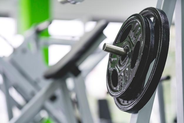 As placas de peso no ginásio