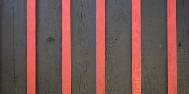 As pranchas marrons rústicas de madeira vermelhas pranchas cinzentas e cor-de-rosa escuras de madeira enegrecem o fundo vertical da textura preta