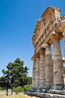 As principais características do local hoje são as ruínas de três grandes templos em estilo dórico, que datam da primeira metade do século 6 ac