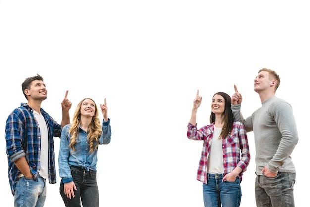 As quatro pessoas felizes gesticulando no fundo branco