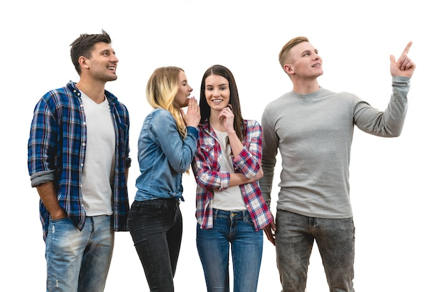 As quatro pessoas felizes se levantam e gesticulam no fundo branco