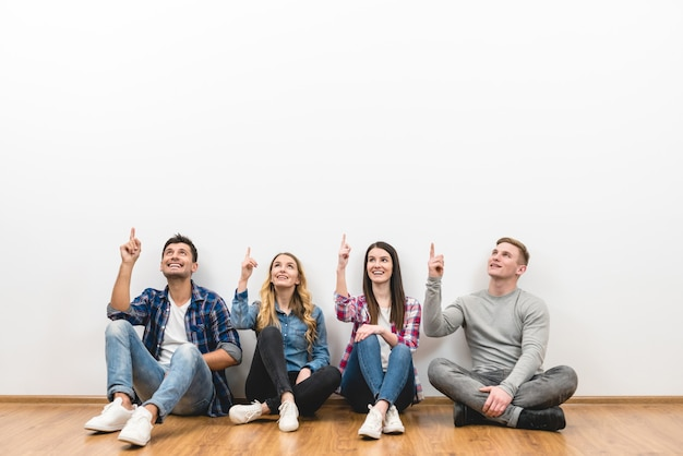 As quatro pessoas gesticulam no fundo branco