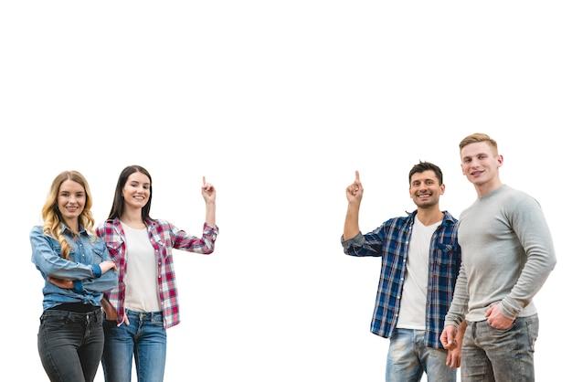 As quatro pessoas se levantam e gesticulam no fundo da parede branca