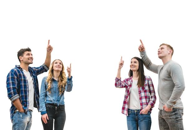 As quatro pessoas sorriem gesticulando no fundo branco