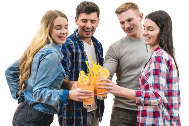 As quatro pessoas tilintam de taças em um fundo branco