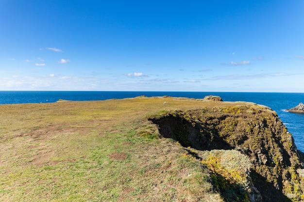 As rochas e falésias no oceano da famosa ilha belle ile en mer, na frança