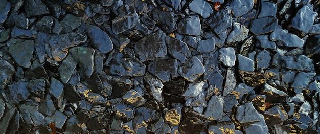 As rochas molhadas e a textura de pedra modelam o fundo.