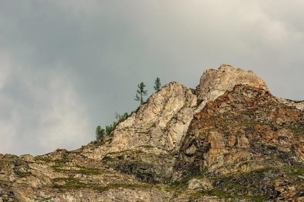 As rochas no céu nublado.