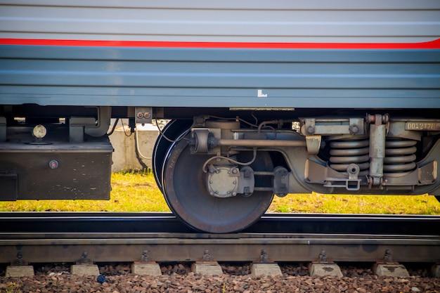 As rodas de um vagão de trem. ferrovia russa. transporte. transporte de carga por trilho