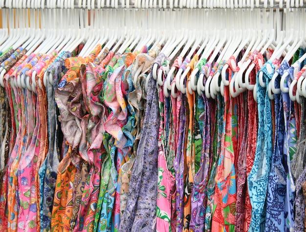 As roupas penduradas em um cabide