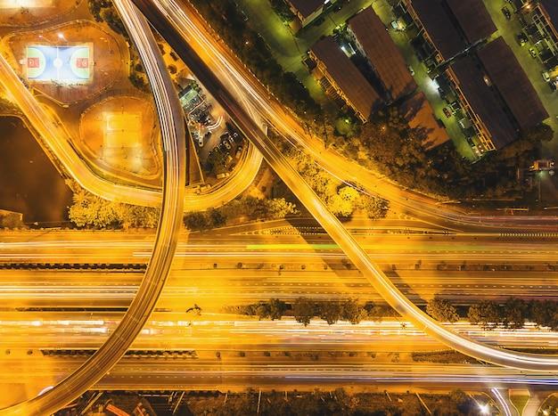As ruas ao redor da cidade com luz da noite são imagem de alta vista superior.
