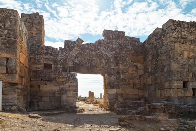 As ruínas da antiga cidade de hierápolis, localizada perto das nascentes termais em pamukkale