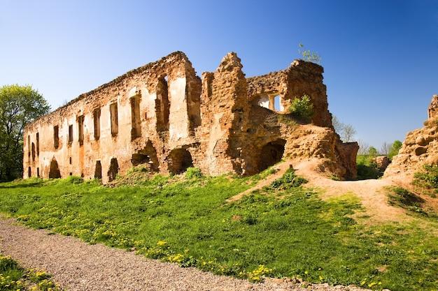 As ruínas da fortaleza fotografadas no território da república da bielorrússia
