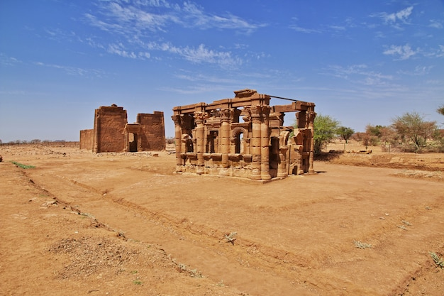 As ruínas de um antigo templo egípcio no deserto do saara do sudão, núbia