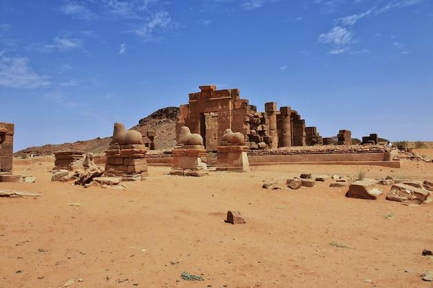 As ruínas de um antigo templo egípcio no deserto do saara