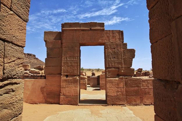 As ruínas de um antigo templo egípcio no deserto do sudão, núbia