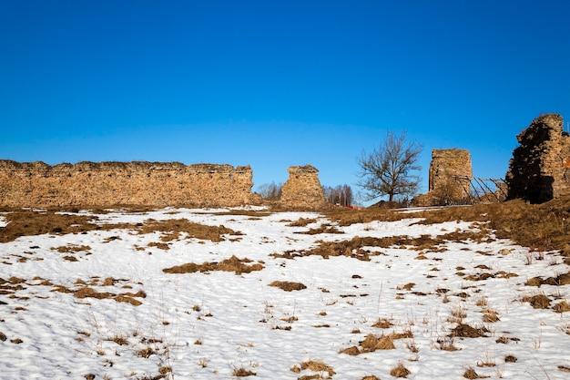 As ruínas de uma antiga fortaleza, localizada na aldeia de krevo, na bielorrússia.