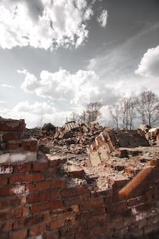 As ruínas de uma casa de tijolos