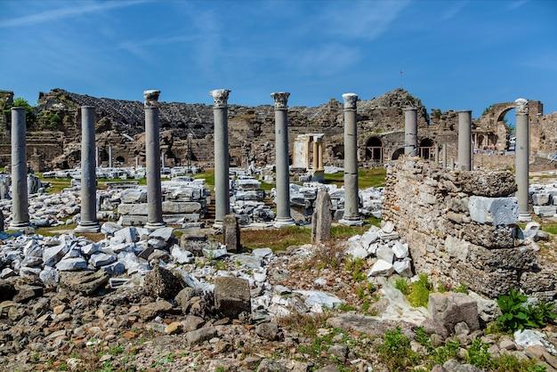As ruínas do antigo teatro antigo em side, fundo de arqueologia da turquia.