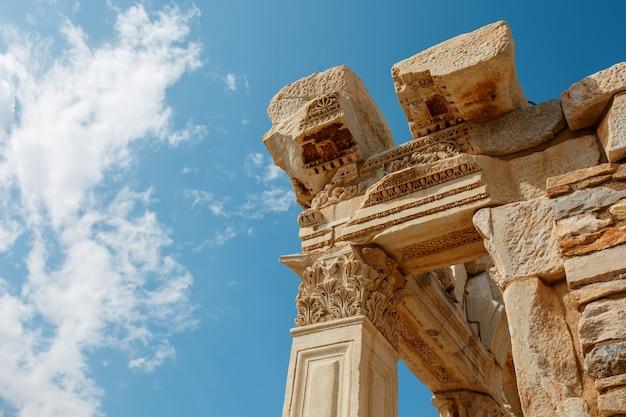 As ruínas e ruínas da antiga cidade de éfeso contra o céu azul em um dia ensolarado.