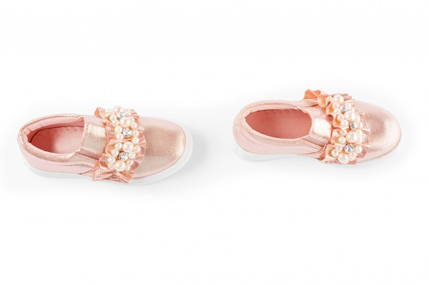 As sapatilhas das crianças cor-de-rosa isoladas