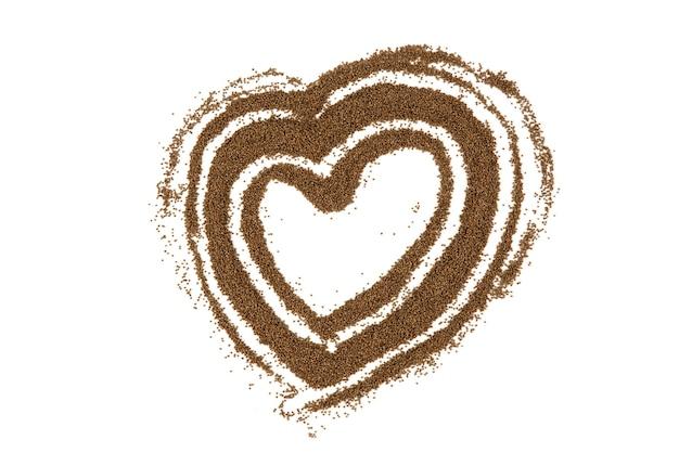 As sementes de perilla são dispostas em forma de coração, isoladas no branco. vista do topo.