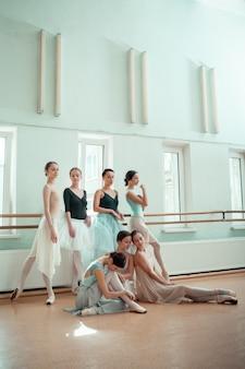As sete bailarinas no bar de balé