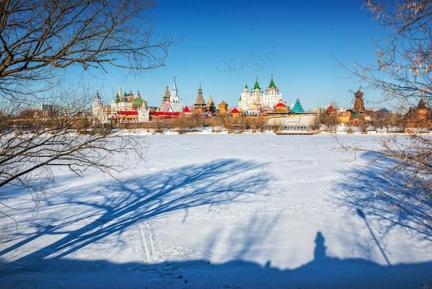 As sombras das árvores na neve perto do izmailovo kremlin em moscou