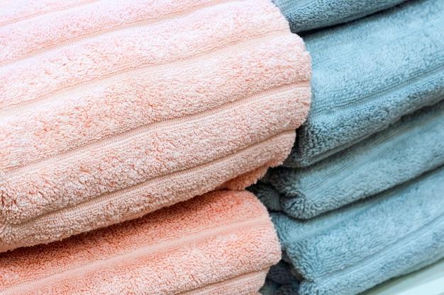 As toalhas dobradas empilham a imagem do close up.