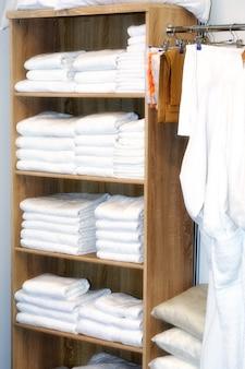 As toalhas são colocadas na prateleira