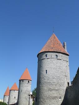 As torres da muralha da cidade de tallinn, estónia