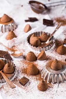 As trufas de chocolate doce e o cacau em pó