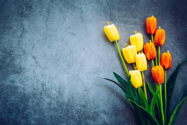 As tulipas são colocadas no chão de madeira.