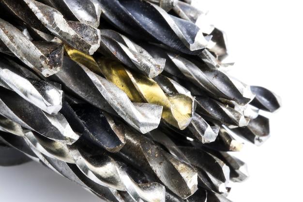 As velhas brocas de aço em fundo branco