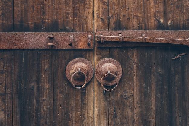 As velhas portas e fechaduras da antiga arquitetura chinesa