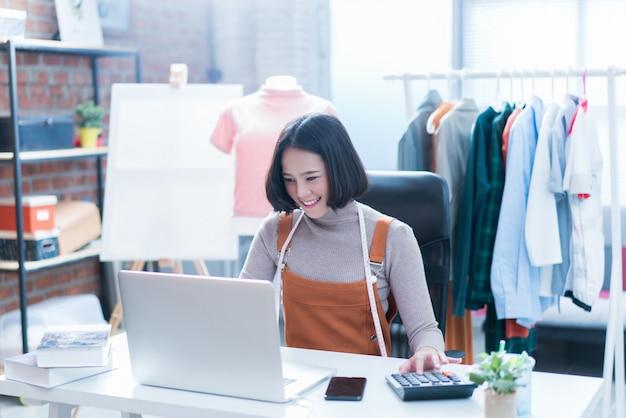 As vendas on-line estão respondendo às perguntas dos clientes por meio de seus laptops