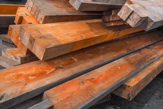 As vigas de madeira são cobertas com inibidor de ferrugem. estruturas de madeira à prova de fogo. pilha empilhada de pranchas de madeira.