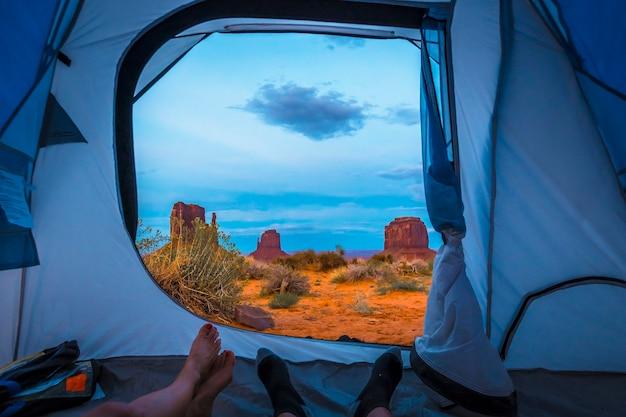 As vistas deslumbrantes do acampamento no próprio monument valley. utah