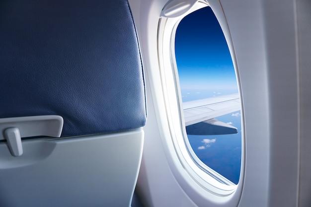 Asa de avião com céu azul e nuvens da janela, lindo céu azul vista da janela do avião comercial