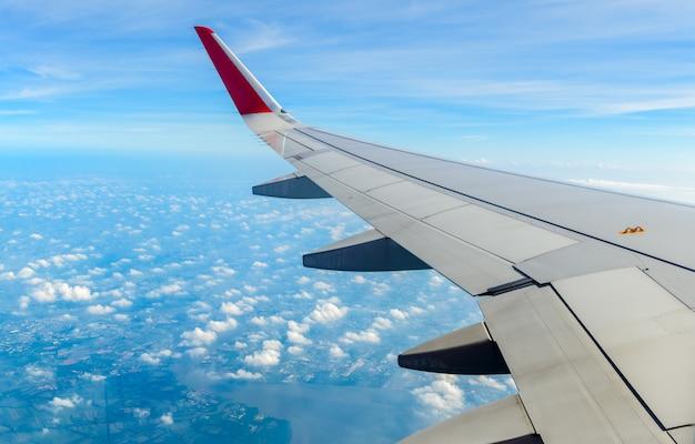 Asa de avião com céu nublado e azul branco,