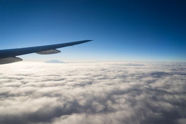 Asa de avião em voo da janela