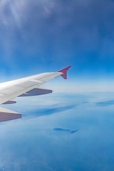 Asa de avião nas nuvens