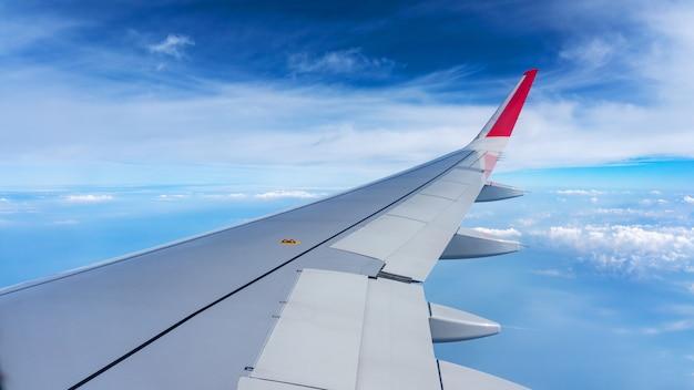 Asa de avião no céu azul e nuvens, pode ser usada para transporte aéreo para viajar