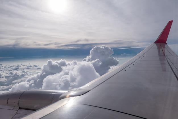 Asa de avião voando nas nuvens no céu