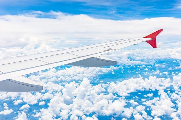 Asa de avião voando no fundo do céu