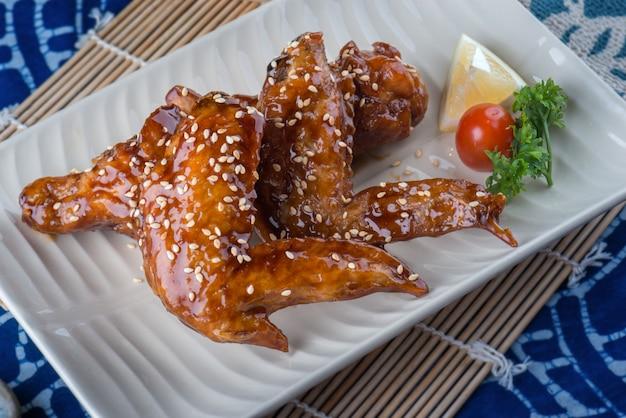 Asa de frango de estilo japonês com molho doce.