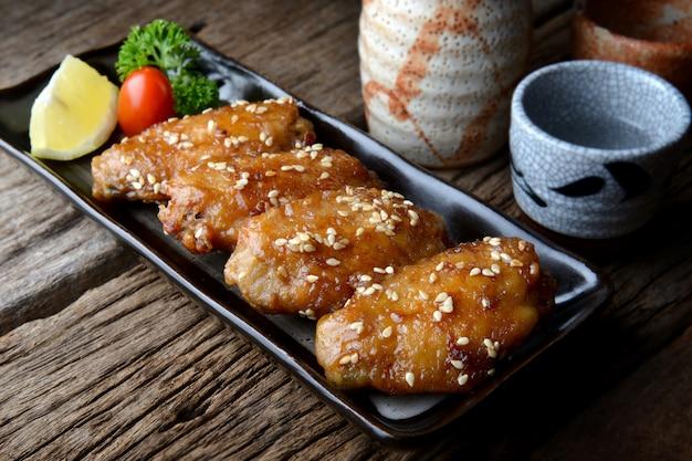 Asa de frango frito com molho picante em estilo japonês tebasaki.